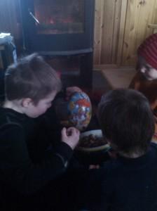 Etter tampenbrenner-eggjakt i hytta, var det noen svært så glade barn som kunne sette seg ned forran ovnen å nyte skatten.
