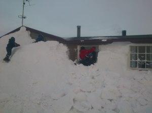 Mye sne, i alle fall på vestsiden av hytta.